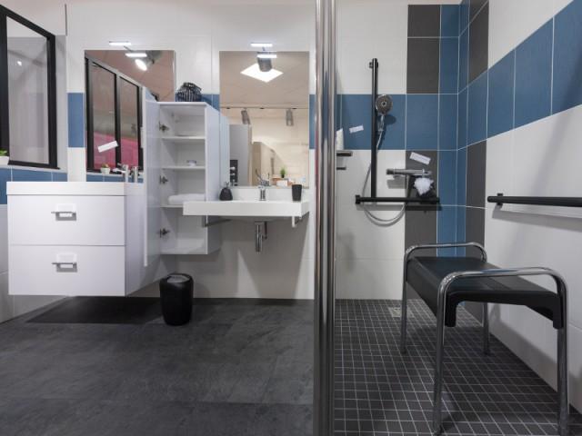 Le lavabo accessible grâce à un plan rabaissé