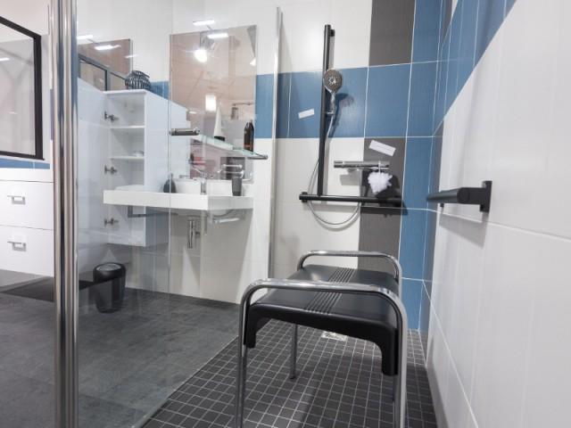 Une douche sécurisée grâce à des barres d'appui