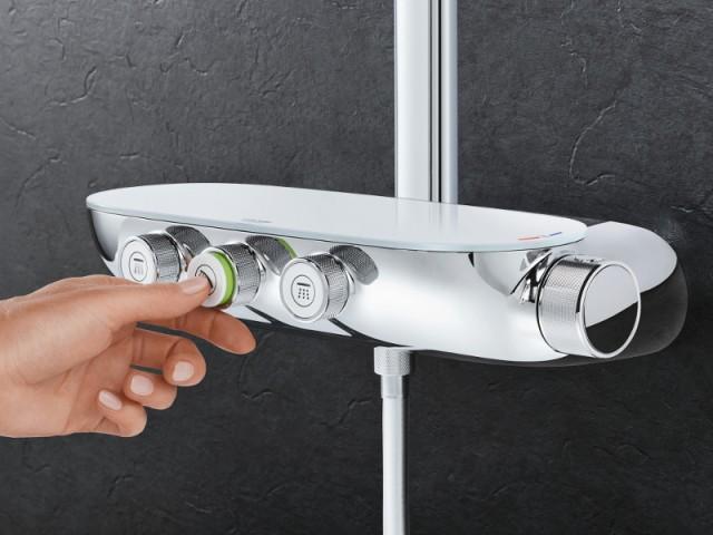 Une douche avec boutons poussoirs