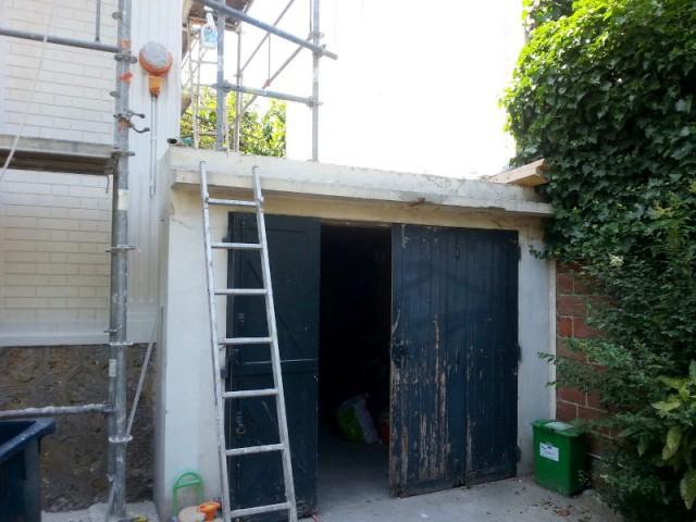 Un garage vieilli aux portes usées