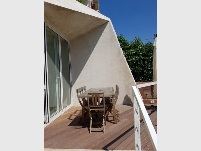 La terrasse suit le mouvement de la façade