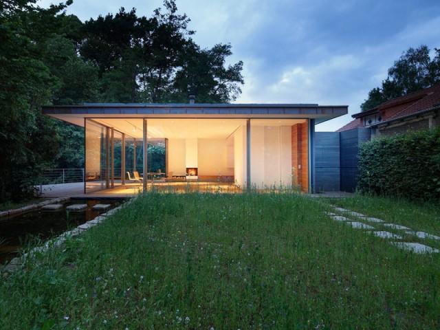 Une maison transparente observe la nature