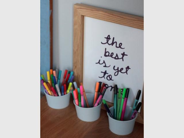 Des pots de crayons qui se fondent dans le bureau