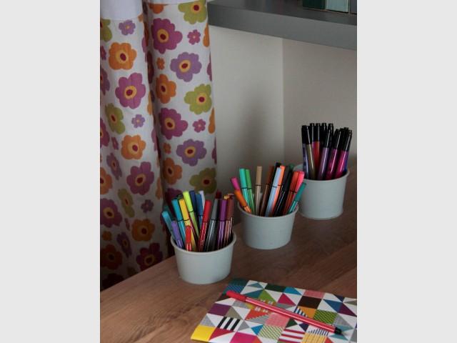 Pots de crayons incrustés dans le bureau