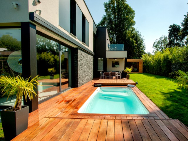 Mini piscine et terrasse mobile pour un jardin en ville for Amenagement piscine terrasse