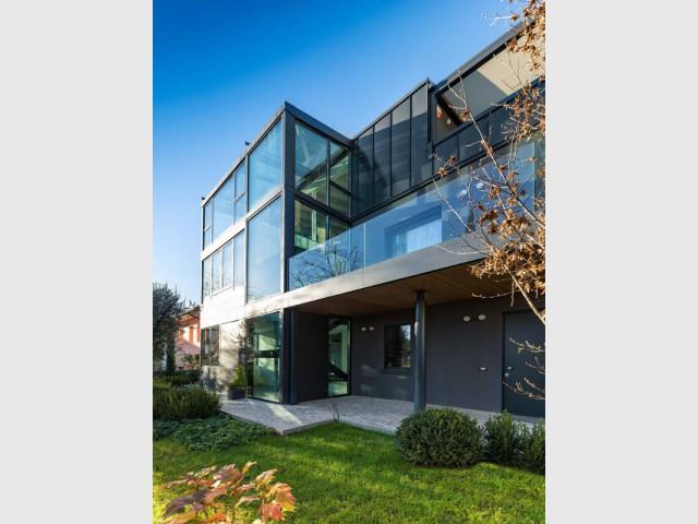 Une pergola sur-mesure qui adopte les codes architecturaux de la maison - Une pergola Xtesa pour une villa contemporaine