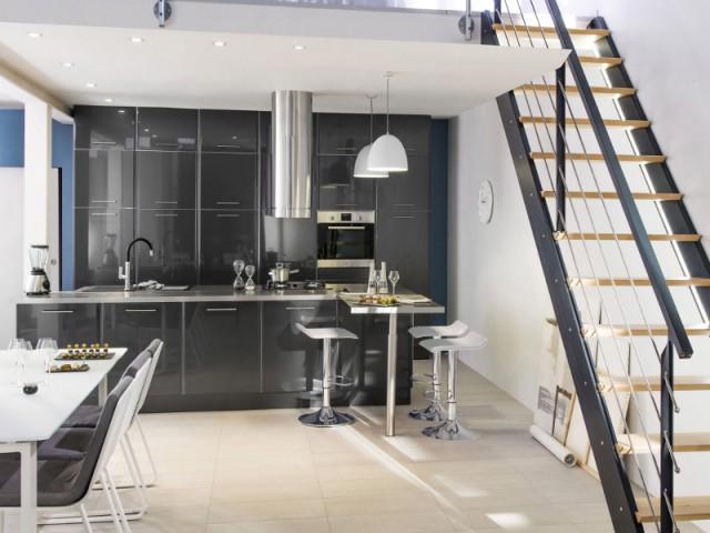 Le noir laqué pour une cuisine futuriste