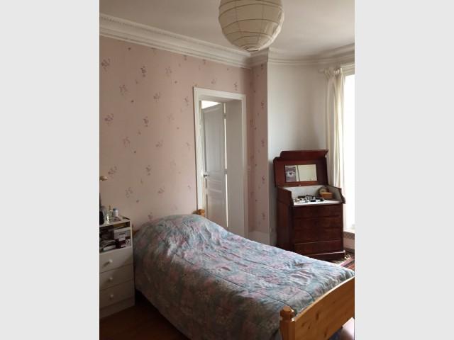 Une ancienne chambre à la déco vieilllie