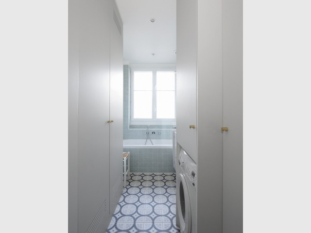 Une salle de bains lumineuse et agrandie