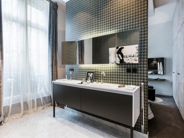 Une salle de bains simple et classe