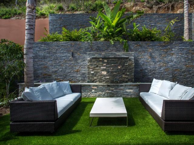 Un patio encadré de murs en ardoise noire