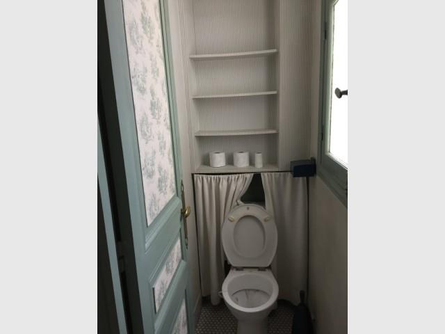 Un toilette étroit