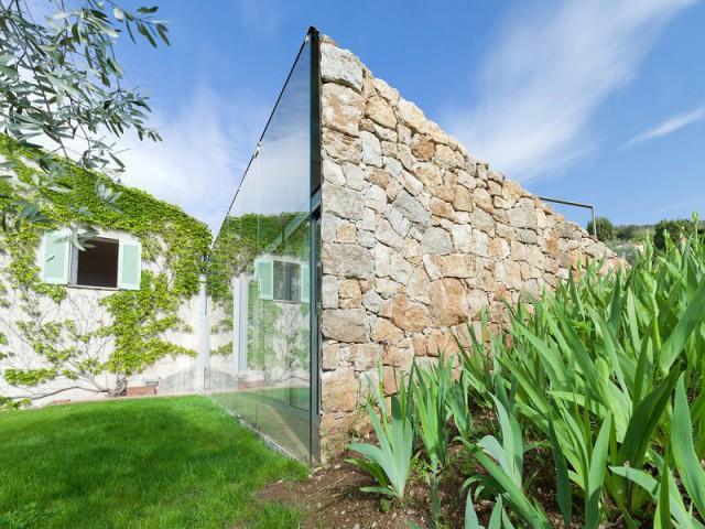 une extension mi pierre mi verre parfaitement int gr e au paysage. Black Bedroom Furniture Sets. Home Design Ideas