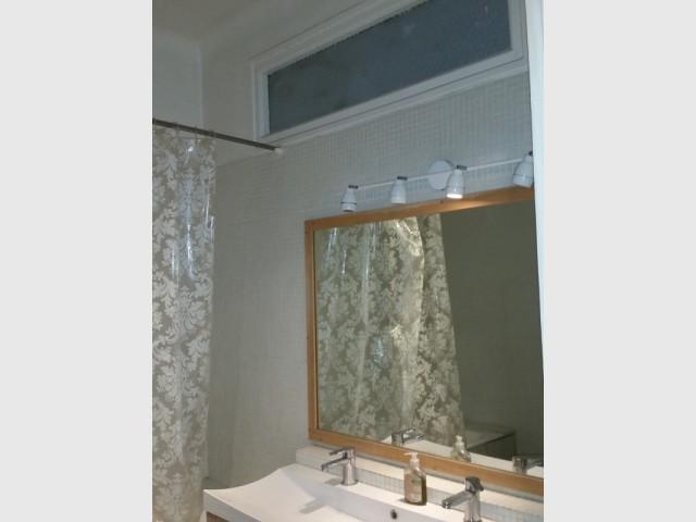 Une salle de bains d'hôtel