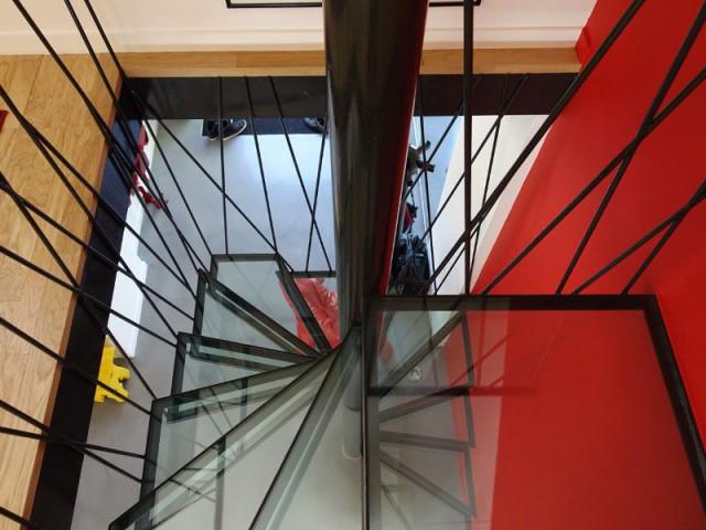 Un escalier en métal et verre sur-mesure - Rénovation maison des années 80 en villa contemporaine