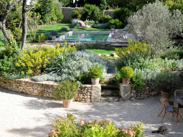 Une piscine minérale discrète dans le jardin