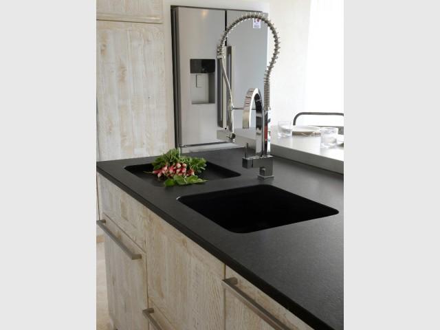 Un égouttoir permanent disposé à côté de l'évier - Une cuisine esthétique et fonctionnelle