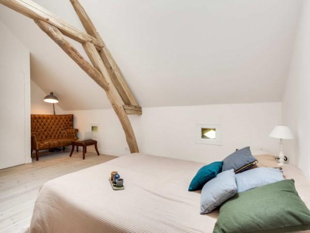 La chambre a son propre espace salon