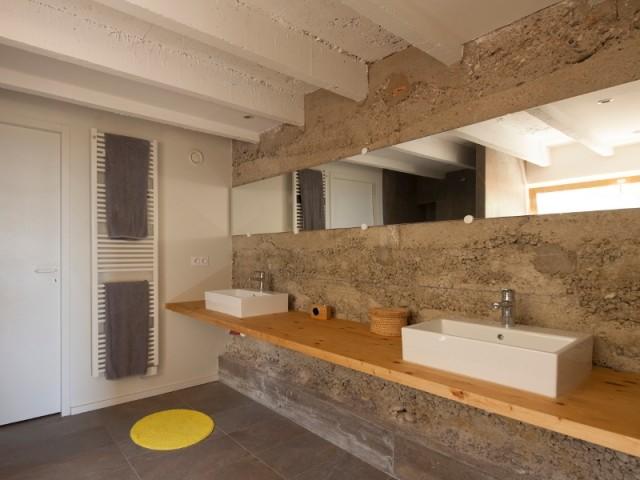 Une salle de bains en béton brut