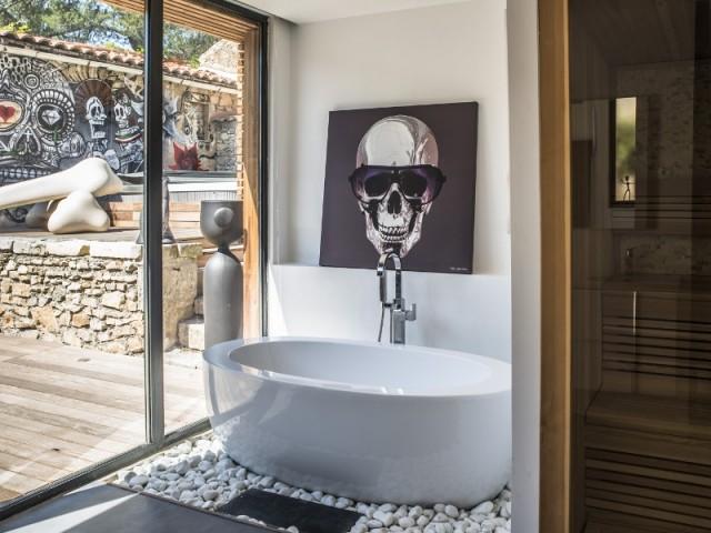 Une salle de bains pour les parents