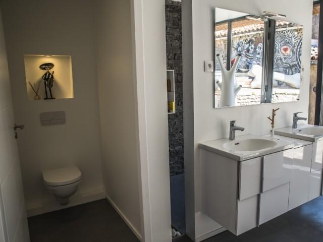 Une douche discrète dans la salle de bains