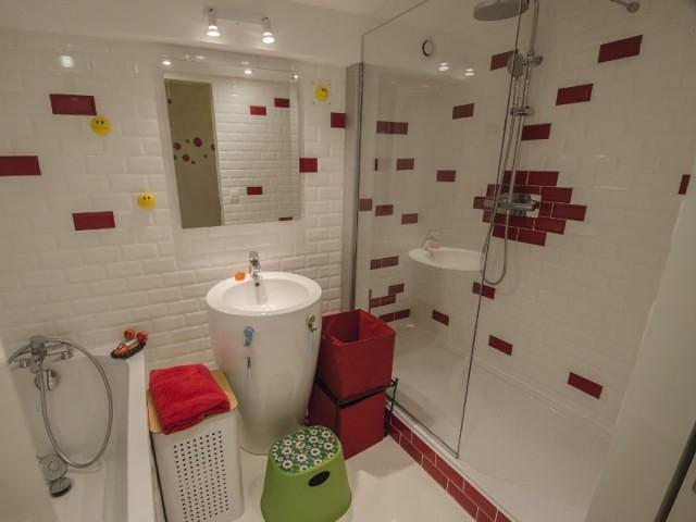 Une salle de bains aux couleurs londoniennes