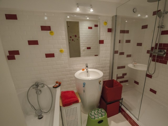 Une salle de bains aux teintes claires