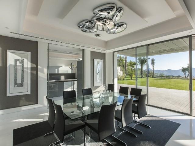 Une salle à manger minérale et graphique