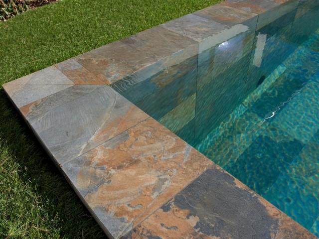 Une piscine recouverte de grès cérame