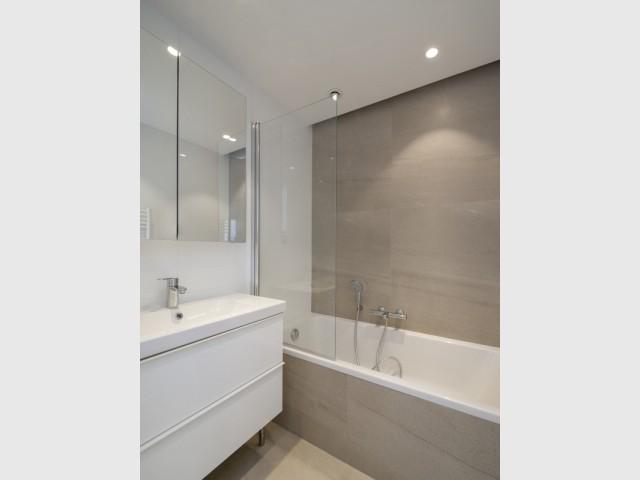 Une salle de bains minérale et raffinée