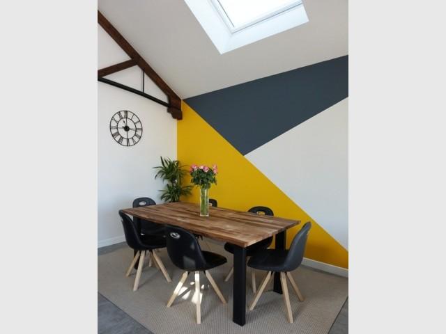 Un mur graphique et coloré pour délimiter l'espace