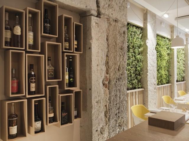 Une cave à vins au mur - Restaurant Le Prairial, à Lyon