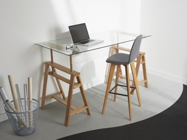 Un bureau bois qui joue la transparence