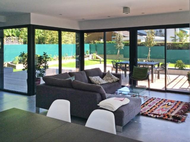 Un salon ouvert largement sur le jardin