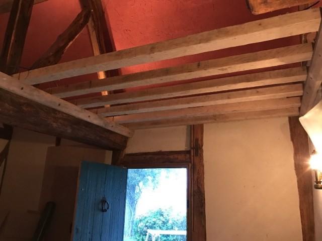 Un ancien plafond pigmenté ocre rouge