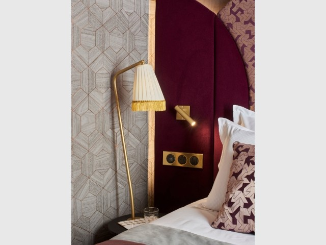 Opter pour des finitions métal sur les interrupteurs et prises - L'une des chambres Rubis de l'hôtel Maison Nabis Paris