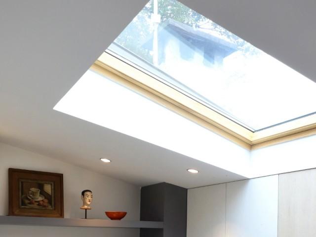 Une fenêtre de toit pour inonder la pièce de lumière
