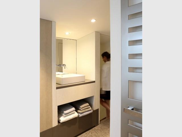 Une salle de bains élégante et chaleureuse