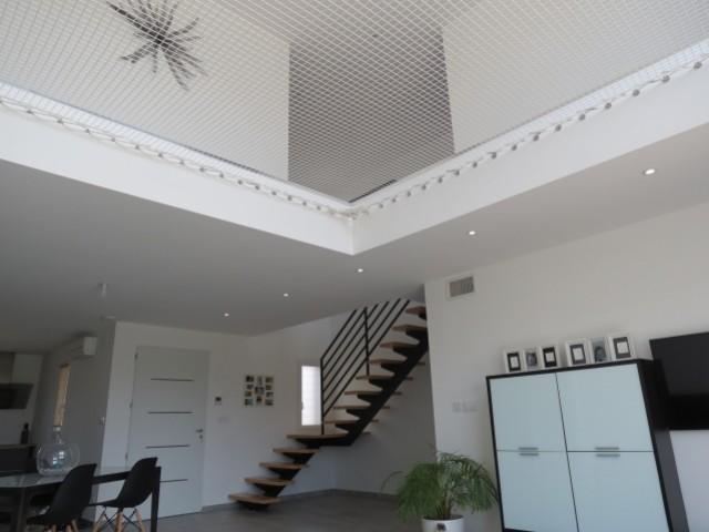 Un étage ouvert sur le salon, sécurisé par un file