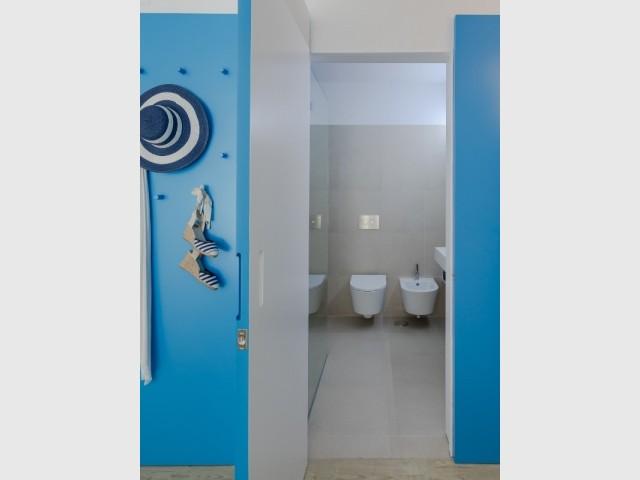 Derrière la porte bleue, la salle de bains