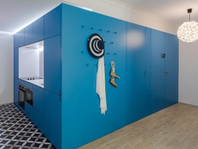 Un cube bleu au centre de la rénovation