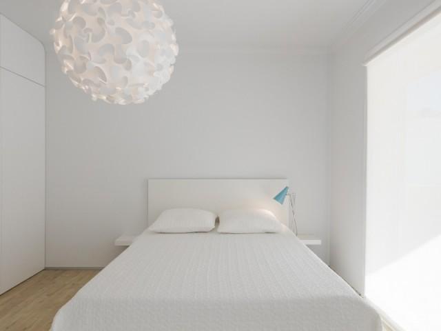 Une chambre à coucher lumineuse et bien agencée