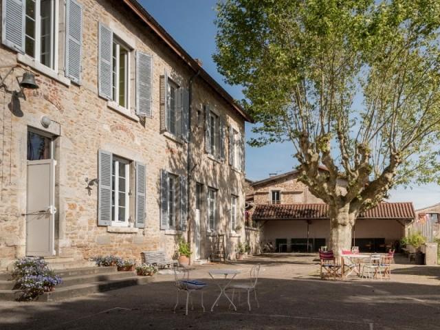 L'ancienne école d'Ambronay dans l'Ain, devenue maison d'hôtes