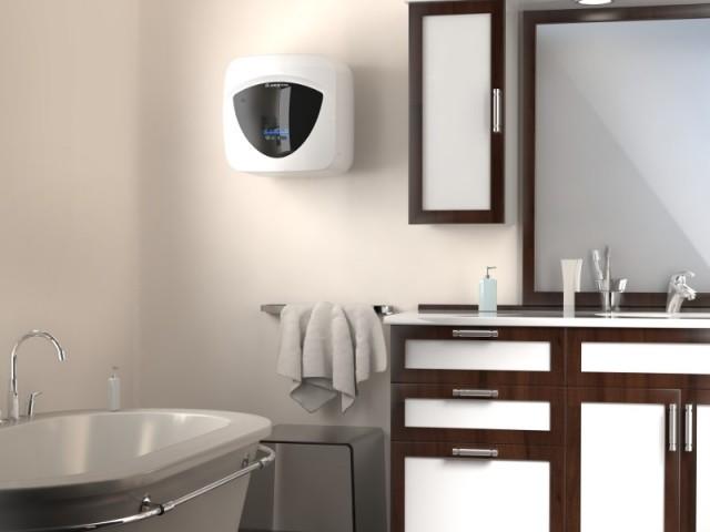 Un chauffe-eau accroché au mur, comme un élément de décoration - Un chauffe-eau caché... dans une salle de bains