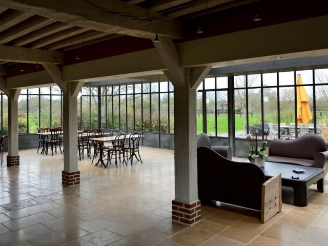 A l'intérieur, une grande salle de réception chauffée par les vitres