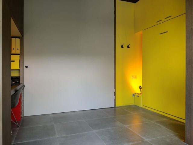 Une chambre dépliée qui d'un coup s'éclaircit