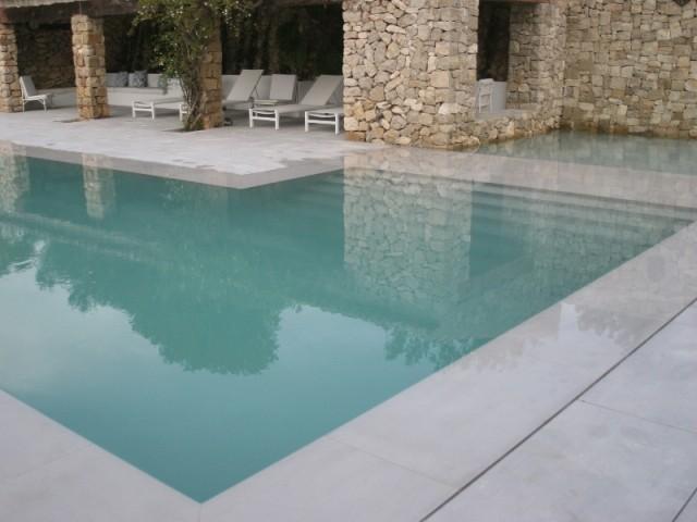 Le paysage se reflète dans l'eau de la piscine