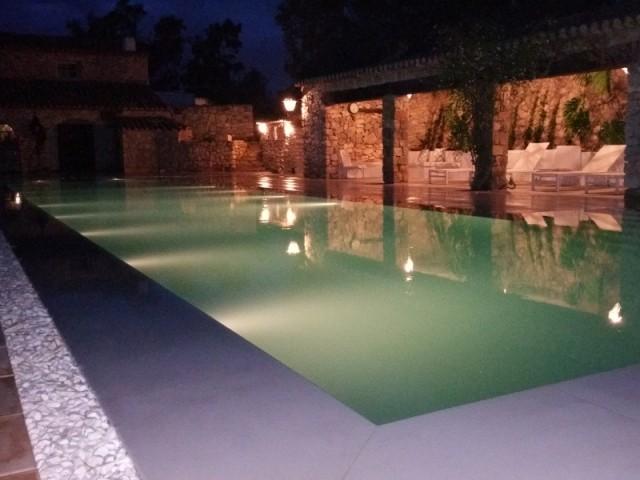 La piscine est éclairée par 35 spots