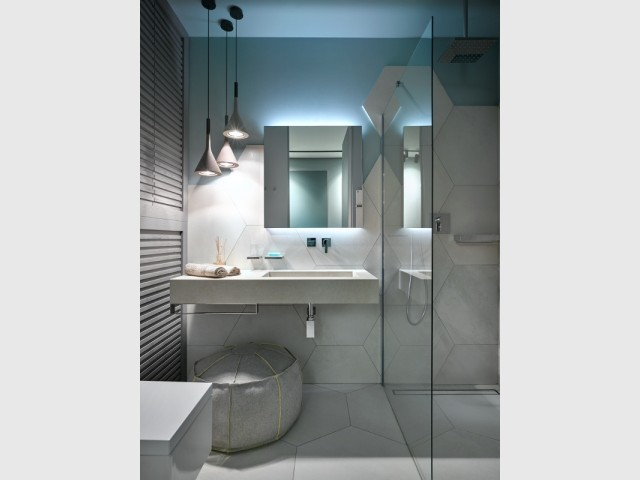 Une salle de bains tout en géométrie