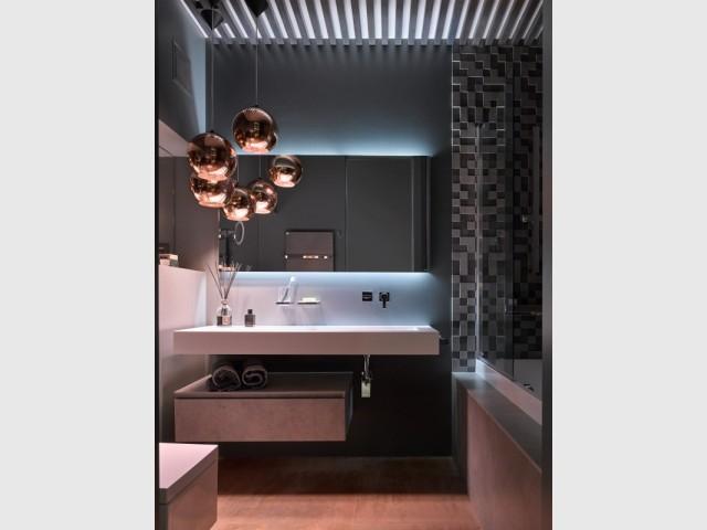 Une salle de bains cuivrée tout en élégance